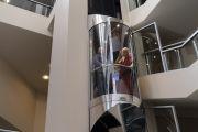 Его Святейшество Далай-лама машет рукой своим почитателям, поднимаясь на лифте в свою комнату в отеле. Рига, Латвия. 16 июня 2018 г. Фото: Тензин Чойджор.