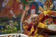 Его Святейшество Далай-лама машет верующим рукой на прощание по завершении трехдневных учений для стран Балтии и России. Рига, Латвия. 18 июня 2018 г. Фото: Тензин Чойджор.