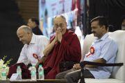 Его Святейшество Далай-лама улыбается и приветствует собравшихся в начале церемонии запуска учебной программы «Счастье» для школ Дели. Нью-Дели, Индия. 2 июля 2018 г. Фото: Тензин Чойджор.