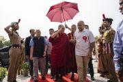 Его Святейшество Далай-лама приветствует солдат почетного караула по прибытии на стадион «Тьягарадж» на церемонию запуска учебной программы «Счастье» для школ Дели. Нью-Дели, Индия. 2 июля 2018 г. Фото: Тензин Чойджор.