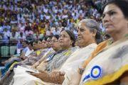 Учителя, собравшиеся на церемонии запуска учебной программы «Счастье» для школ Дели, слушают обращение Его Святейшества Далай-ламы. Нью-Дели, Индия. 2 июля 2018 г. Фото: Тензин Чойджор.