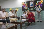 Перед началом церемонии запуска учебной программы «Счастье» для школ Дели Его Святейшество Далай-лама беседует с организаторами встречи. Нью-Дели, Индия. 2 июля 2018 г. Фото: Тензин Чойджор.