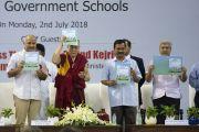 Его Святейшество Далай-лама и другие почетные гости представляют новую учебную программу «Счастье» для школ Дели. Нью-Дели, Индия. 2 июля 2018 г. Фото: Тензин Чойджор.