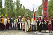 Верующие выстроились вдоль дороги, чтобы поприветствовать Его Святейшество Далай-ламу по прибытии в его резиденцию. Ле, Ладак, штат Джамму и Кашмир, Индия. 3 июля 2018 г. Фото: Лобсанг Церинг.