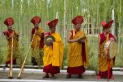 Монахи ожидают у резиденции Его Святейшества Далай-ламы, что поприветствовать его звуками традиционных ритуальных инструментов. Ле, Ладак, штат Джамму и Кашмир, Индия. 3 июля 2018 г. Фото: Лобсанг Церинг.