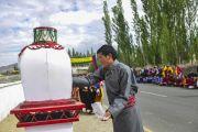Один из верующих, собравшихся у резиденции Его Святейшества Далай-ламы, зажигает благовония, что поприветствовать Его Святейшество. Ле, Ладак, штат Джамму и Кашмир, Индия. 3 июля 2018 г. Фото: Лобсанг Церинг.