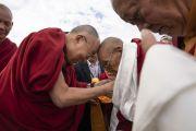 Гаден Трисур Ризонг Ринпоче приветствует Его Святейшество Далай-ламу в аэропорту Ле. Ле, Ладак, штат Джамму и Кашмир, Индия. 3 июля 2018 г. Фото: Тензин Чойджор.