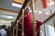 Его Святейшество Далай-лама поднимается по лестнице в свою комнату по завершении церемонии приветствия в его резиденции. Ле, Ладак, штат Джамму и Кашмир, Индия. 3 июля 2018 г. Фото: Тензин Чойджор.