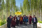 Его Святейшество Далай-лама направляется из своей резиденции на площадку учений в Шивацель, чтобы принять участие в торжествах по случаю своего 83-летия. Ле, Ладак, штат Джамму и Кашмир, Индия. 6 июля 2018 г. Фото: Тензин Чойджор.