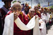 Верующие выстроились вдоль дороги, чтобы выразить почтение Его Святейшеству Далай-ламе, возвращающемуся в свою резиденцию по завершении торжеств по случаю 83-летия. Ле, Ладак, штат Джамму и Кашмир, Индия. 6 июля 2018 г. Фото: Тензин Чойджор.