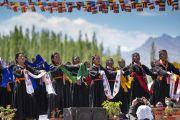 Ладакские студентки выступают во время торжеств, организованных на площадке учений в Шивацель по случаю 83-летия Его Святейшества Далай-ламы. Ле, Ладак, штат Джамму и Кашмир, Индия. 6 июля 2018 г. Фото: Тензин Чойджор.