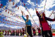 Местные тибетцы исполняют традиционный танец во время торжеств, организованных по случаю 83-летия Его Святейшества Далай-ламы. Ле, Ладак, штат Джамму и Кашмир, Индия. 6 июля 2018 г. Фото: Тензин Чойджор.