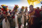 Его Святейшество Далай-лама приветствует ладакцев в традиционных одеяниях по прибытии на площадку учений в Шивацель. Ле, Ладак, штат Джамму и Кашмир, Индия. 6 июля 2018 г. Фото: Тензин Чойджор.