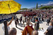 Прибыв на площадку учений в Шивацель, чтобы принять участие в торжествах по случаю своего 83-летия, Его Святейшество Далай-лама приветствует верующих. Ле, Ладак, штат Джамму и Кашмир, Индия. 6 июля 2018 г. Фото: Тензин Чойджор.