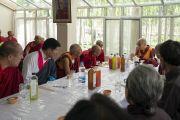Его Святейшество Далай-лама обедает с почетными гостями в своей резиденции. Ле, Ладак, штат Джамму и Кашмир, Индия. 6 июля 2018 г. Фото: Тензин Чойджор.