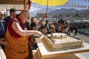 Его Святейшество Далай-лама разрезает праздничный торт во время торжеств, организованных по случаю его 83-летия. Ле, Ладак, штат Джамму и Кашмир, Индия. 6 июля 2018 г. Фото: Тензин Чойджор.