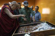 По прибытии в аэропорт Тойс Его Святейшество Далай-лама рассматривает рельефную карту долины Нубра и окружающих Гималайских гор. Долина Нубра, штат Джамму и Кашмир, Индия. 12 июля 2018 г. Фото: Тензин Чойджор.