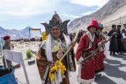Местные жители выстроились вдоль дороги, чтобы хоть краем глаза увидеть Его Святейшество Далай-ламу, направляющегося из аэропорта Тойс в монастырь Дискет. Долина Нубра, штат Джамму и Кашмир, Индия. 12 июля 2018 г. Фото: Тензин Чойджор.