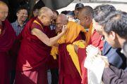 Тикси Ринпоче приветствует Его Святейшество Далай-ламу в аэропорту Тойс. Долина Нубра, штат Джамму и Кашмир, Индия. 12 июля 2018 г. Фото: Тензин Чойджор.