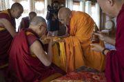 Тикси Ринпоче совершает традиционные подношения Его Святейшеству Далай-ламе во время церемонии приветствия в монастыре Дискет. Долина Нубра, штат Джамму и Кашмир, Индия. 12 июля 2018 г. Фото: Тензин Чойджор.