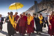 По прибытии в аэропорт Тойс Его Святейшество Далай-ламу встречают организаторы его визита в долину Нубра. Долина Нубра, штат Джамму и Кашмир, Индия. 12 июля 2018 г. Фото: Тензин Чойджор.