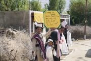 Местные жители выстроились вдоль дороги, ведущей к монастырю Дискет, чтобы выразить почтение Его Святейшеству Далай-ламе. Долина Нубра, штат Джамму и Кашмир, Индия. 12 июля 2018 г. Фото: Тензин Чойджор.