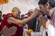 Его Святейшество Далай-лама приветствует лидеров местного мусульманского сообщества, встречающих его в аэропорту Тойс. Долина Нубра, штат Джамму и Кашмир, Индия. 12 июля 2018 г. Фото: Тензин Чойджор.