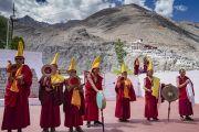 Монахи играют на традиционных ритуальных инструментах в знак приветствия Его Святейшеству Далай-ламе, прибывшему в монастырь Дискет. Долина Нубра, штат Джамму и Кашмир, Индия. 12 июля 2018 г. Фото: Тензин Чойджор.